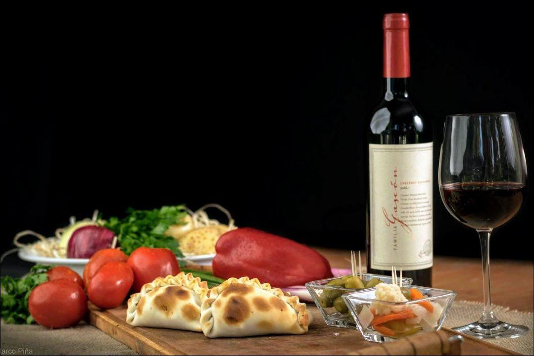 Foto publicitaria de empanadas vino verduras - MP Producciones
